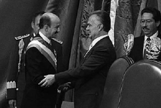 Miguel de la Madrid otorgando la administración y felicitando a Carlos Salinas